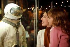 Les gens dans un musée de l'astronautique Images stock
