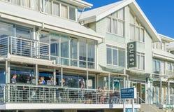 Les gens dans un restaurant et une recherche ont entretenu des appartements à Melbourne Images stock