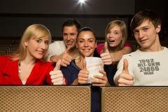 Les gens dans un théâtre de film ayant l'amusement Photographie stock