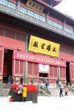 Les gens dans une cour du temple de Lingyin bouddhiste, Hangzhou, Chine Photo libre de droits