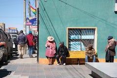 Les gens dans une rue de la Bolivie Photo stock