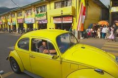 Les gens dans une voiture de vintage passent par la rue de Kandy, Sri Lanka Photographie stock libre de droits