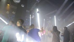 Les gens dansant à la partie de boîte de nuit banque de vidéos