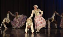 Les gens dansant dans des costumes traditionnels sur l'étape, Photo stock