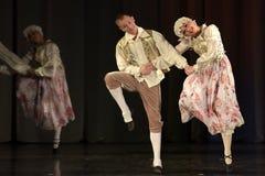 Les gens dansant dans des costumes traditionnels sur l'étape, Photographie stock