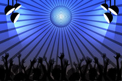Les gens dansant dans un club sous une boule de disco Images stock