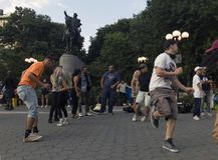 Les gens dansant devant George Washington Statue dans l'union Squ Photo libre de droits