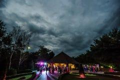 Les gens dansant et ayant l'amusement en partie d'été extérieure Photos libres de droits