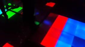 Les gens dansant sur la piste de danse dans une boîte de nuit banque de vidéos