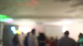 Les gens dansent à la partie dans la boîte de nuit avec la lumière de couleur banque de vidéos