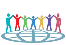 Les gens de couleurs retiennent des mains et des bras vers le haut sur le globe Images stock
