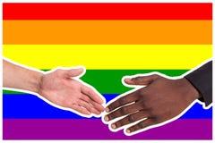 Les gens de différentes nationalités se servent dans la perspective du drapeau de LGBT Le concept de l'aide Photo stock