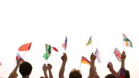 Les gens de différentes nationalités tenant leurs drapeaux banque de vidéos