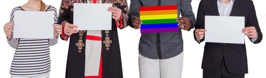 Les gens de différentes nationalités tiennent les feuilles vides L'un d'entre eux prises une feuille peinte dans la couleur du LG Photographie stock