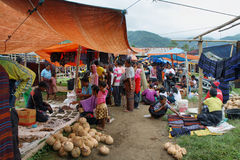 Les gens de l'ethnie minoritary sur un marché de l'Indonésie Photos stock