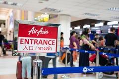 Les gens de la société Air Asia dans l'aéroport international de Phuket Images stock