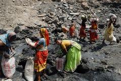 Les gens de la zone de mines de charbon de Jharia en Inde Photos stock