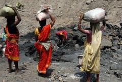 Les gens de la zone de mines de charbon de Jharia en Inde Images libres de droits