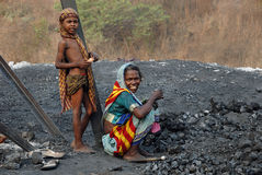 Les gens de la zone de mines de charbon de Jharia en Inde Image stock