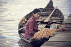 les gens de lac du Cambodge sapent le tonle Image libre de droits