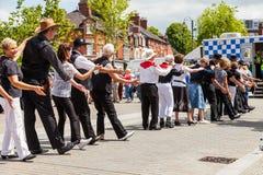 Les gens de tous les âges rayent la danse dans la rue images stock
