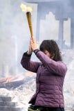 Les gens demandant à Bouddha de bénir. Photo libre de droits