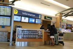 Les gens demandant à un certain insdie de l'information l'aéroport de YVR Photographie stock libre de droits