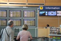 Les gens demandant à un certain insdie de l'information l'aéroport de YVR Photographie stock