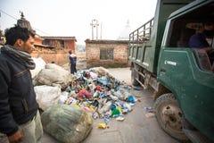 Les gens des secteurs plus pauvres fonctionnant dans le tri du plastique sur la décharge, à Katmandou, le Népal Image libre de droits