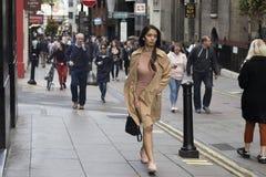 Les gens descendant la rue pendant l'heure de pointe image libre de droits