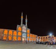 Les gens devant la mosquée dans Yazd Image libre de droits