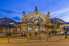 Les gens devant la station centrale ferroviaire de Deutsche Bahn Photo stock