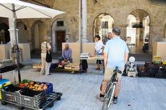 Les gens devant le marché calent dans la belle ville d'Ascol Photographie stock