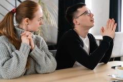 Les gens, les difficultés de relations et le concept de la famille - couples malheureux ayant le conflit dans le café images libres de droits