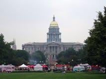 Les gens dinent au camion de nourriture au centre municipal avec le bâtiment de capitol Image libre de droits