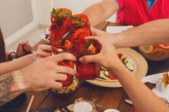 Les gens disent des verres de cocktail de tintement d'acclamations au dîner de fête Photographie stock libre de droits