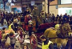 Les gens distribuant des caramels de chariot Photos libres de droits