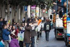 Les gens distribuant des caramels de voiture Photo stock
