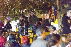 Les gens distribuant la sucrerie des chariots dans la nuit Photographie stock