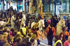 Les gens distribuant la sucrerie des chariots et des chevaux Images stock