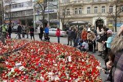 Les gens donnant l'hommage à Vaclav Havel Images stock