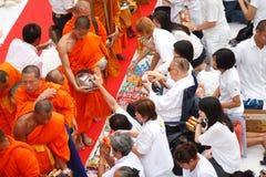 Les gens donnent des offres de nourriture à un moine bouddhiste Photos libres de droits