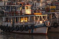 Les gens du pays apprécient la vue du port dans Muscat, Oman photos libres de droits