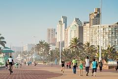 Les gens du pays et les touristes appréciant le mille d'or Promenade juste après le lever de soleil Images libres de droits