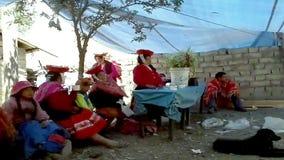 Les gens du pays ont recueilli pour un mariage, Patachancha, région de Cuzco, Pérou banque de vidéos