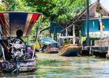 Les gens du pays thaïlandais vendent la nourriture et les souvenirs au marché de flottement célèbre de Damnoen Saduak, Thaïlande Image stock