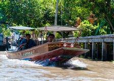 Les gens du pays thaïlandais vendent la nourriture et les souvenirs au marché de flottement célèbre de Damnoen Saduak, Thaïlande Photo stock