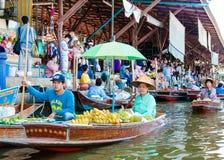 Les gens du pays thaïlandais vendent la nourriture et les souvenirs au marché de flottement célèbre de Damnoen Saduak, Thaïlande Images libres de droits