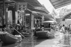 Les gens du pays thaïlandais vendent la nourriture et les souvenirs au marché de flottement célèbre de Damnoen Saduak, Thaïlande Images stock