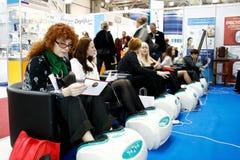 Les gens effectuent un massage de pied image libre de droits